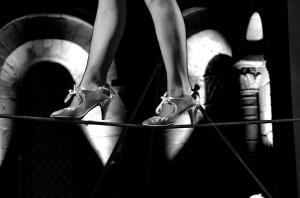spectacle cirque animation parade evenementile echasses echassiers magie costumes eglise romane saint andré de bage fantastique merveilleux fil de fer lancers de couteaux acrobatie danse (6)