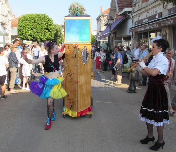 boite a merveilles spectacle cirque parade claquettes fil de fer tissu mat chinois danse musique live original merveilleux fantastique 1900 jonglerie (37)