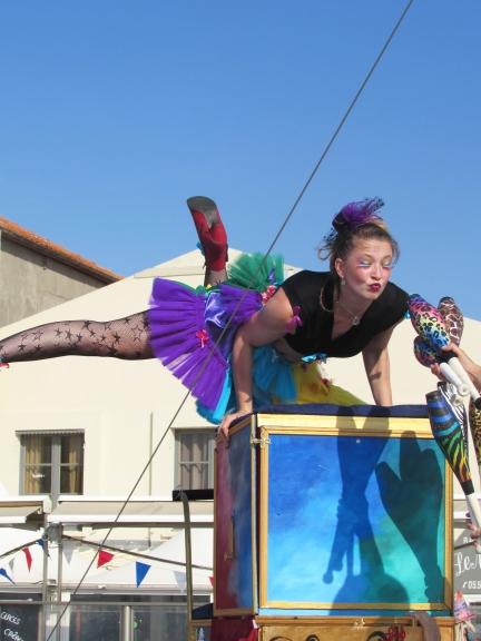 boite a merveilles spectacle cirque parade claquettes fil de fer tissu mat chinois danse musique live original merveilleux fantastique 1900 jonglerie (52)