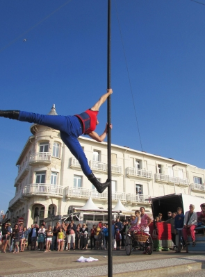 boite a merveilles spectacle cirque parade claquettes fil de fer tissu mat chinois danse musique live original merveilleux fantastique 1900 jonglerie (82)