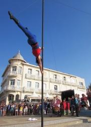 boite a merveilles spectacle cirque parade claquettes fil de fer tissu mat chinois danse musique live original merveilleux fantastique 1900 jonglerie (83)