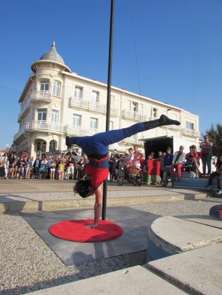 boite a merveilles spectacle cirque parade claquettes fil de fer tissu mat chinois danse musique live original merveilleux fantastique 1900 jonglerie (84)