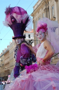 bulles de bonheur echassiers spectacle parade animation cirque evenementiel (3)