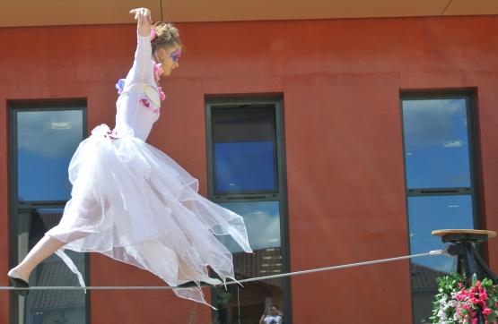 spectacle numéro fil de fer feerique animation fee loup fragon danse duo echasses echassier fildeferiste vaporeux magnifique amour poesie tight wire saut acrobatie macon lyon (10)