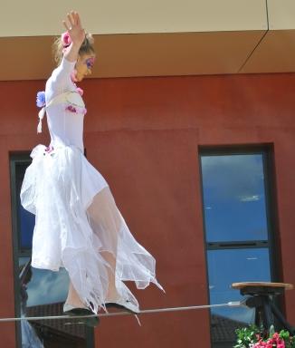 spectacle numéro fil de fer feerique animation fee loup fragon danse duo echasses echassier fildeferiste vaporeux magnifique amour poesie tight wire saut acrobatie macon lyon (11)