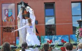 spectacle numéro fil de fer feerique animation fee loup fragon danse duo echasses echassier fildeferiste vaporeux magnifique amour poesie tight wire saut acrobatie macon lyon (3)