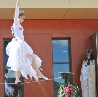 spectacle numéro fil de fer feerique animation fee loup fragon danse duo echasses echassier fildeferiste vaporeux magnifique amour poesie tight wire saut acrobatie macon lyon (8)