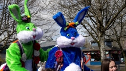 Lapinous' Foufous echassiers rebondissants loufoques parade animation evenementiel lapins fantaisie extravagance sautillants mascottes paques (10)