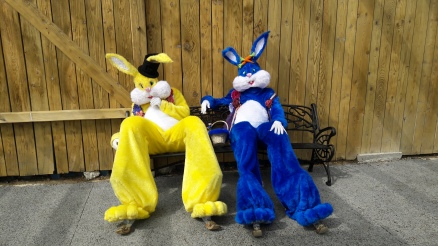 Lapinous' Foufous echassiers rebondissants loufoques parade animation evenementiel lapins fantaisie extravagance sautillants mascottes paques (20)