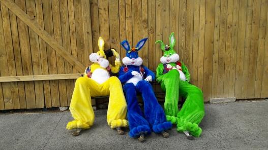 Lapinous' Foufous echassiers rebondissants loufoques parade animation evenementiel lapins fantaisie extravagance sautillants mascottes paques (21)