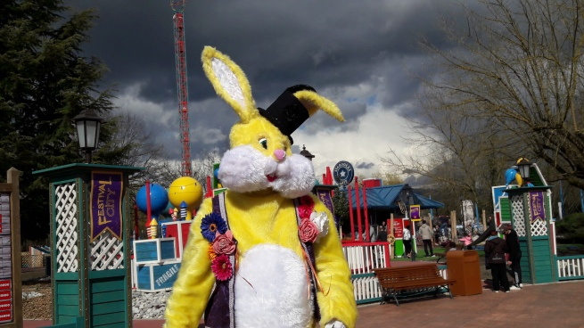 Lapinous' Foufous echassiers rebondissants loufoques parade animation evenementiel lapins fantaisie extravagance sautillants mascottes paques (26)
