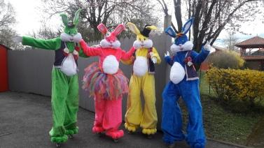Lapinous' Foufous echassiers rebondissants loufoques parade animation evenementiel lapins fantaisie extravagance sautillants mascottes paques (29)