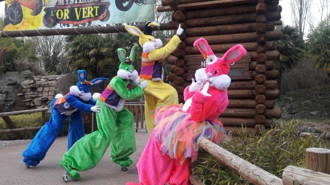 Lapinous' Foufous echassiers rebondissants loufoques parade animation evenementiel lapins fantaisie extravagance sautillants mascottes paques (38)