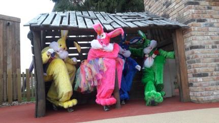 Lapinous' Foufous echassiers rebondissants loufoques parade animation evenementiel lapins fantaisie extravagance sautillants mascottes paques (41)