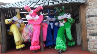 Lapinous' Foufous echassiers rebondissants loufoques parade animation evenementiel lapins fantaisie extravagance sautillants mascottes paques (42)