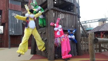 Lapinous' Foufous echassiers rebondissants loufoques parade animation evenementiel lapins fantaisie extravagance sautillants mascottes paques (48)