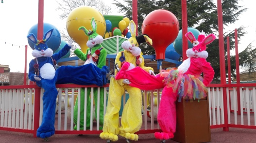 Lapinous' Foufous echassiers rebondissants loufoques parade animation evenementiel lapins fantaisie extravagance sautillants mascottes paques (51)