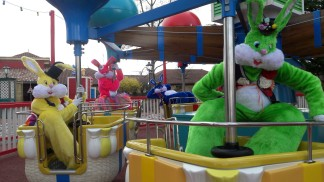 Lapinous' Foufous echassiers rebondissants loufoques parade animation evenementiel lapins fantaisie extravagance sautillants mascottes paques (52)