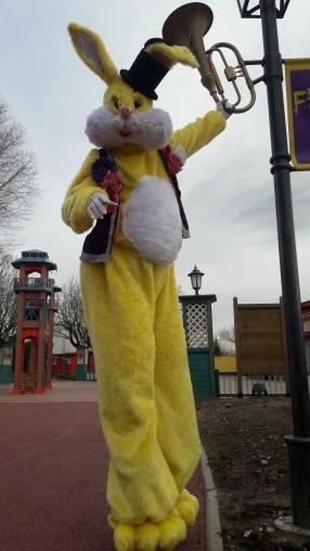 Lapinous' Foufous echassiers rebondissants loufoques parade animation evenementiel lapins fantaisie extravagance sautillants mascottes paques (56)