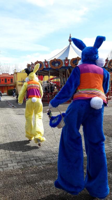 Lapinous' Foufous echassiers rebondissants loufoques parade animation evenementiel lapins fantaisie extravagance sautillants mascottes paques (6)
