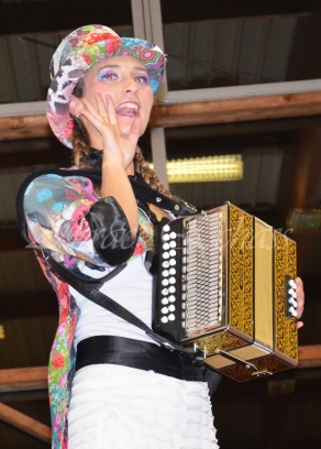 boite à merveilles spectacle rue cirque festival mat chinois fil de fer clowns jongleurs aerien girly kawai(116)