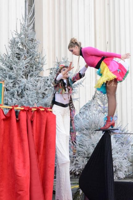boite à merveilles spectacle rue cirque festival mat chinois fil de fer clowns jongleurs aerien girly kawai(12)