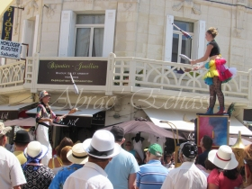 boite à merveilles spectacle rue cirque festival mat chinois fil de fer clowns jongleurs aerien girly kawai(160)