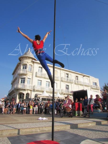 boite à merveilles spectacle rue cirque festival mat chinois fil de fer clowns jongleurs aerien girly kawai(178)