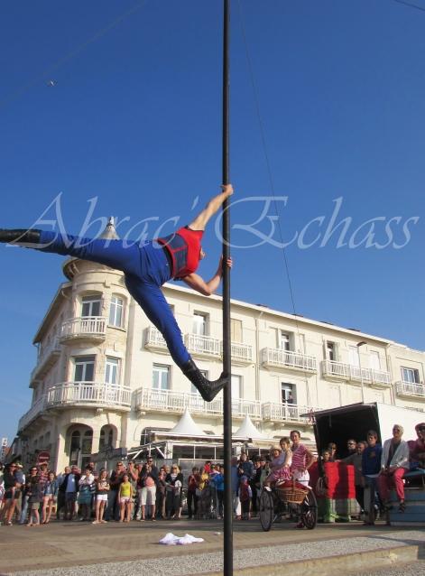 boite à merveilles spectacle rue cirque festival mat chinois fil de fer clowns jongleurs aerien girly kawai(179)