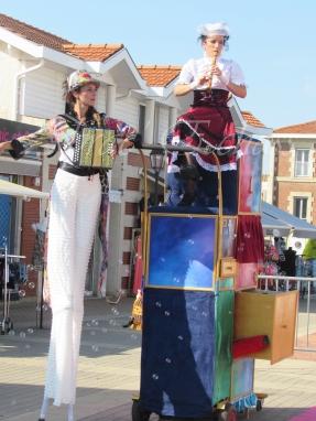 boite à merveilles spectacle rue cirque festival mat chinois fil de fer clowns jongleurs aerien girly kawai(186)