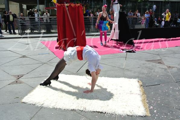 boite à merveilles spectacle rue cirque festival mat chinois fil de fer clowns jongleurs aerien girly kawai(209)