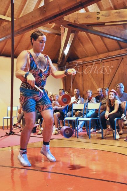 boite à merveilles spectacle rue cirque festival mat chinois fil de fer clowns jongleurs aerien girly kawai(55)
