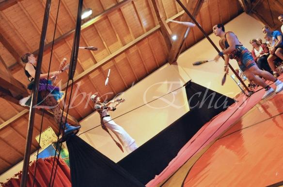 boite à merveilles spectacle rue cirque festival mat chinois fil de fer clowns jongleurs aerien girly kawai(65)