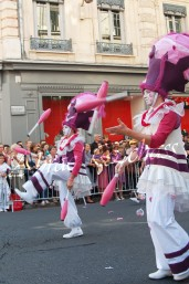 bulles de bonheur echassier parade colores festifs carnaval grandiose crinolines bulles de savon rose girly kawai (25)