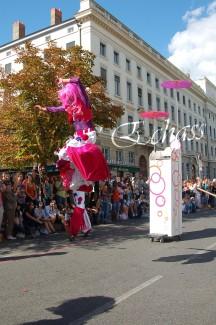 bulles de bonheur echassier parade colores festifs carnaval grandiose crinolines bulles de savon rose girly kawai (30)