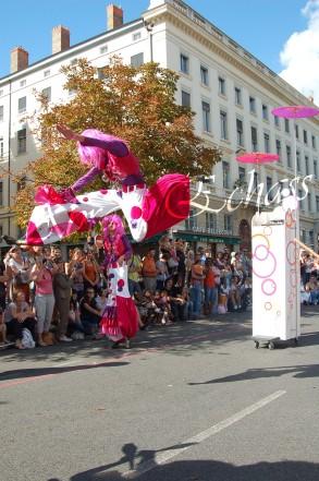 bulles de bonheur echassier parade colores festifs carnaval grandiose crinolines bulles de savon rose girly kawai (31)