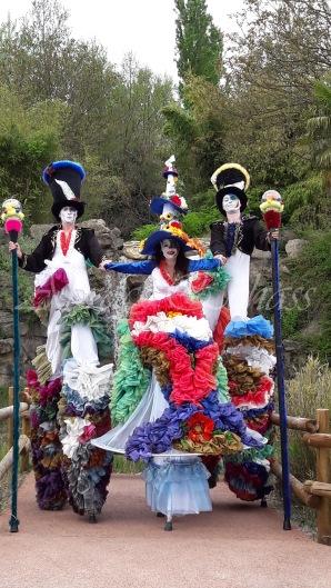 clowns en ciel echassiers colores oiseaux fleurs festifs parade animation carnaval evenementiel bulles de savon danse chapeau vertigineux froufro (101)