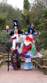 clowns en ciel echassiers colores oiseaux fleurs festifs parade animation carnaval evenementiel bulles de savon danse chapeau vertigineux froufro (102)
