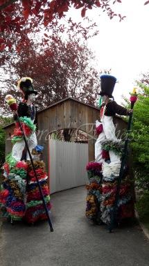 clowns en ciel echassiers colores oiseaux fleurs festifs parade animation carnaval evenementiel bulles de savon danse chapeau vertigineux froufro (103)