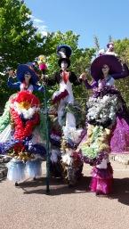 clowns en ciel echassiers colores oiseaux fleurs festifs parade animation carnaval evenementiel bulles de savon danse chapeau vertigineux froufro (105)