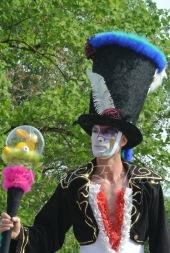 clowns en ciel echassiers colores oiseaux fleurs festifs parade animation carnaval evenementiel bulles de savon danse chapeau vertigineux froufro (108)