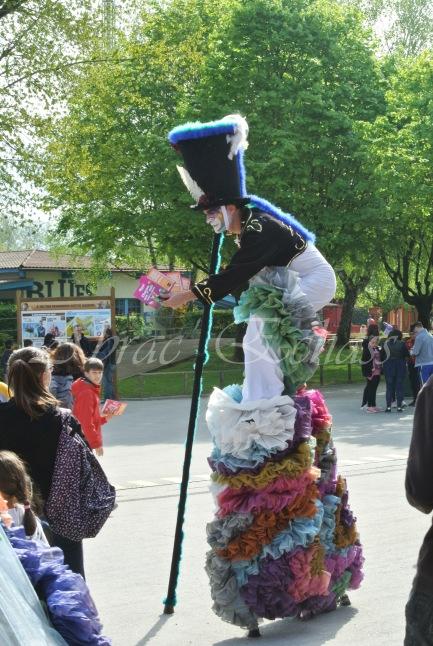 clowns en ciel echassiers colores oiseaux fleurs festifs parade animation carnaval evenementiel bulles de savon danse chapeau vertigineux froufro (109)