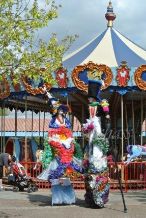 clowns en ciel echassiers colores oiseaux fleurs festifs parade animation carnaval evenementiel bulles de savon danse chapeau vertigineux froufro (110)