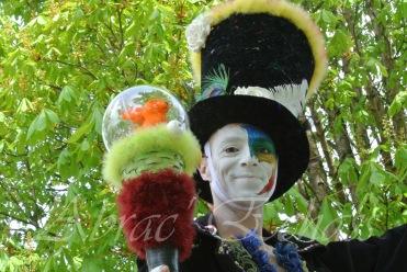 clowns en ciel echassiers colores oiseaux fleurs festifs parade animation carnaval evenementiel bulles de savon danse chapeau vertigineux froufro (111)