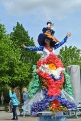 clowns en ciel echassiers colores oiseaux fleurs festifs parade animation carnaval evenementiel bulles de savon danse chapeau vertigineux froufro (112)