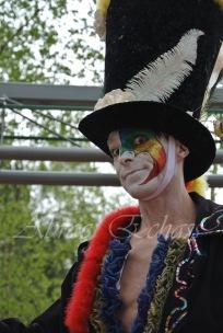 clowns en ciel echassiers colores oiseaux fleurs festifs parade animation carnaval evenementiel bulles de savon danse chapeau vertigineux froufro (116)