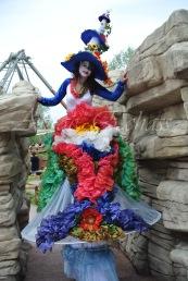 clowns en ciel echassiers colores oiseaux fleurs festifs parade animation carnaval evenementiel bulles de savon danse chapeau vertigineux froufro (117)