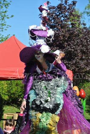 clowns en ciel echassiers colores oiseaux fleurs festifs parade animation carnaval evenementiel bulles de savon danse chapeau vertigineux froufro (118)