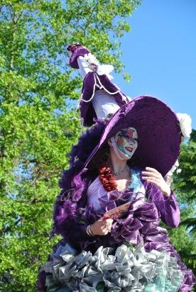 clowns en ciel echassiers colores oiseaux fleurs festifs parade animation carnaval evenementiel bulles de savon danse chapeau vertigineux froufro (119)