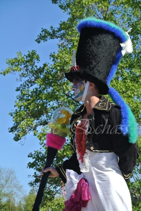 clowns en ciel echassiers colores oiseaux fleurs festifs parade animation carnaval evenementiel bulles de savon danse chapeau vertigineux froufro (120)